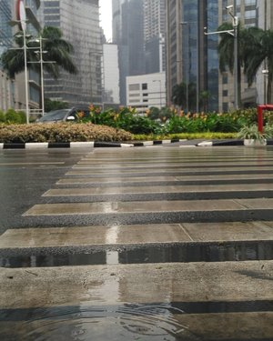 Morning on Sudirman 🌂 . There was never a night or a problem that could defeat sunrise or hope - Bernard Williams .. 16km // South Jakarta ... #worktoday #lyfe #turnt #itslit #blessed #goals #strideby #whileinbetween #storyportrait #fromwhereistand #howfarfromhome #work #ClozetteID