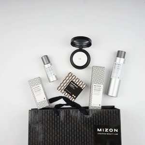 The Dust Clean Up line from Mizon @mizon_official looks like a futuristic skincare from the future 😆 Got it from @elsyoungid  #skincare #mizon #mizonkorea #koreancosmetics #koreanskincare #aha #mizonindonesia #beautybloggerindonesia #skincareaddict #bloggerid #dailyroutine #clozetteid #elsyoungid #beautyblogger #lynebeauty #wonderfullyn #cosmetics #뷰티블로거 #뷰티 #뷰티크리에이터 #fdbeauty #뷰티  #블로거 #미샤 #리뷰 #핸드크림 #귀엽다 #화장품 #스타그램 #뷰티스타그램 #미조엔