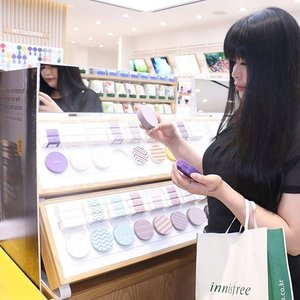 The cushion cases which is had pretty & cute designs makes me think a lot which one that I should choose yesterday at @innisfreeindonesia Pre-Grand Opening Shopping Experience for Influencers  #mauinni  #innisfreeindonesia  #innistagram . . . . #beautybloggerindonesia #bblogger #beautyinfluencer #beautycreator #clozetteid #clozetteambassador #innisfreevr #influencer #fdbeauty #lynebeauty #lynekbeauty #wonderfullyn #뷰티 #뷰티크리에이터 #뷰티블로거 #핑크립스틱 #매트 #셀카 #립스틱  #메이크업아티스트 #스트릿스타일 #패션블로거