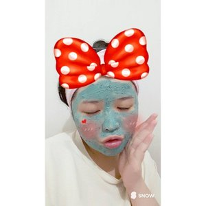Although I'm busy with a lot of stuff that I must finish up for my future *the deadline date killing me oh God!* 👀, I never forget to take care of my skin 👧 . Used B & SOAP Mamie Blue Wash-off Mask from @elsyoungid . . The mint mask really refresh my skin & my mind too 😚 #mask #elsyoungid #bnsoapelsyoungid #clozetteid #ClozetteAmbassador #lynebeauty #wonderfullyn #selca #selfie #selfcamera #립스틱  #뷰티 #뷰티크리에이터 #뷰티블로거 #핑크립스틱 #매트 #셀카 #snow #skincareroutine #bluemask #washoffmask