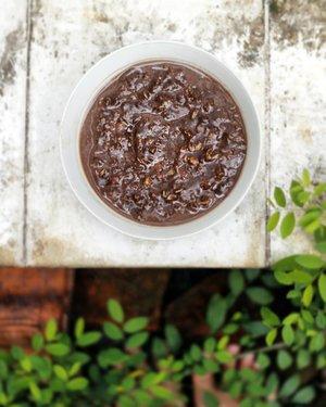 Bentuk dan penampakannya emang agak #nganu, tapi rasanya sih enak-enak aja buat saya. Resepnya sih sama, rolled oats, cokelat bubuk, compound dark chocolate, sedikit susu bubuk dan gula, dan air. Dicampur jadi satu kemudian masak dengan api kecil sampai matang.  Dan tolong jangan menyebutkan bentuk nganu yang nantinya bisa merusak selera makan saya... . . . #homemade #homecooking #rolledoats #chocolate #ALcook #ALmasak #food #foodie #nomnom #foodblogger #blogger #clozetter #clozetteid #lifestyle #foodism #tasty #darkchocolate #foodgasm