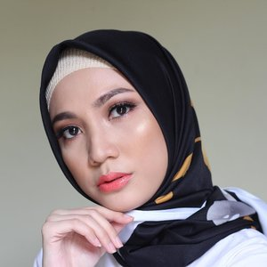 Currently in love with this orange lips 😍 . Deets : @lakmemakeup argan oil serum foundation - 02 rose silk Gold eyeshadow palette Lip pout creme - candy kiss . . . #miradamayanti #beauty #makeup #blogger #hijab #tokopediaxlakme #lakmemakeup #beautyDEAlight ladyinframe #orange #fresh #ClozetteID #makeuplook #makeupjunkie