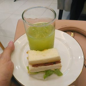 Throwback at @puraformaclinic event, I really enjoy this healthy sandwich and juice that they served. The juice is made of kiwifruit, orange and kale. And it's really fresh and delicious. Thank you for the recipe, @puraformaclinic ! I will make that juice at home! 💕 . #sbbxpuraforma #SBYBeautyBlogger #event #puraformaclinic #bbloggerid #beautybloggerid #bblogger #healthyfood #diet #freshjuice #foodphotography #foodporn #instalike #instagood #clozetters #clozetteID