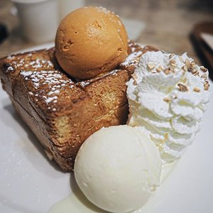 One of the best dessert in Bangkok. The toast was so crispy and buttered at every little corner of the outer toast, and so soft and fluffy inside. When I eat it, I was blown away. Read my full review on blog : www.lunaism.wordpress.com (link on bio) __#clozetteid #afteryou #afteryoubangkok #indonesiablogger #lunaism #thailandtravel #bangkoktravel #bangkokfood #bangkokcafe #shibuyahoneytoast