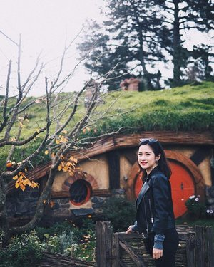 The world is not in your books and map. It's out there! - The Hobbit✨✨..#hobbiton #newzealandguide #newzealand #hobbitonmovieset #hobbitontours #exploreNZ #travelwithcyn #clozetteid