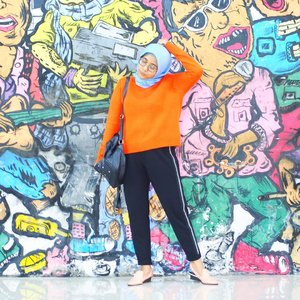Ngga niat ootd, tapi kok nemu tembok lucu 😭 #lykeambassador . . . Pop quiz: temukan jepit rambut #ootd #ootdmagazine #lookbook #lookbooknu #aboutalook #styleblogger #fashionista  #ootdindo #lookoftheday #fashiondiaries #stylexstyle #peopleinframe #fashionlover #instafashion #wiwt #whatiwore #whatiweartoday #fashionblogger #streetstyle #bnw #blacknwhite #blogger #hijab #clozetteid