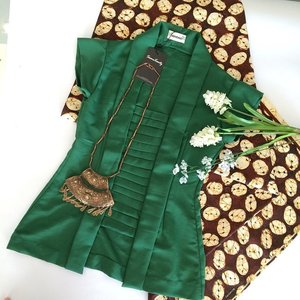 Need a solution for your special ocation outfit? You may try this one.. Kutubaru blouse.. Fabric : ima cotton Colour: green Detail. : there's zip in front so you can moving free Size : free size (M)  Jarik batik kawung Fabric : cotton Colour : natural Detail : 1.10m x 2m loose  Oonee necklace Material : perak bakar Weight : 0.4kg  Vintage yet chic.. Those all available at @swanstwenty boutique also available at my clozette shope  #clozette #clozetteid #clozettegirl #clozetteambassador #classy #chic #chicandclassy #batik #batikchic #batikprint #batiklover #ootd #ootdindo #ootdcampaign #campaignid #fashion #fashionid #fashionporn #fashionworld #fashionindo #localbrand #vintage #java #kawung #jarik #necklace #accessories #aksesori #Indonesia #clozetteco