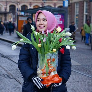 Today is the national tulip day of The Netherlands (Nationale Tulpen Dag), there are thousands of Tulips given away for free at Dam Square, Amsterdam, it remarks the first day of Tulip season!..📷 by @bekkabekii .#tijdvoortulpen #nationaltulipday #nationaletulpendag #nationaletulpendag2017 #tulip #netherlands #amsterdam #damsquare #IndonesianFemaleBloggers #clozetteid #bloggerceria #whileinnetherlands #netherlands #dutch