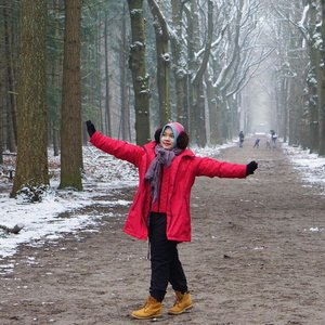 One snowy day in Tilly, in winter all that matter is to stay warm in super cold weather so I have 4 more layers inside my oversized red jacket 😂😂.#winter #tilburg #netherlands #whenintilburg #lifeinnetherlands #snow #clozetteid #winterwonderland #wolipopxclozetteid #hijab #winterfashion