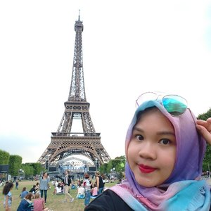 Picnic at Eiffel tower anyone?..#eiffeltower #paris #france #eurotrip #europe #summertrip #lifewelltravelled #tourist #touristattraction #whileinfrance #eiffeliminlove #clozetteid #indonesianfemalebloggers