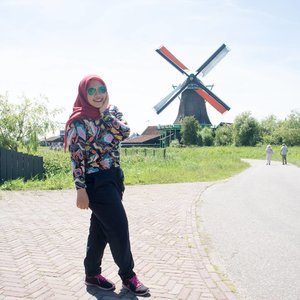Zommer x windmollen . . #Netherlands #zaanseschans #summer #zommer #trip #holiday #wheninnetherlands #indonesianfemalebloggers #clozetteid #ootd