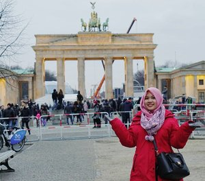 Couldn't get a decent picture in front of the famous Brandenburger Tor because it was full of people and equipments for the new year's eve celebration . . . #Berlin #Germany #traveling #traveleurope #winter #wintertrip #eurotrip #europe #visiteurope #wheningermany #brandenburgertor #IndonesianFemaleBloggers #clozetteid #bloggerceria