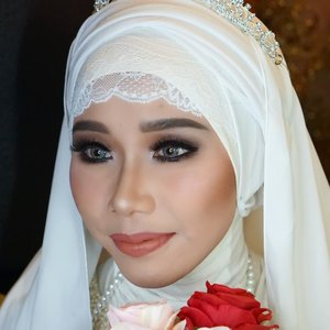 My version of wedding make up ala @bennusorumba on a hijabi bride, what do you think? I did this make up when I joined wedding make up workshop with @bennu_management..Thank you for my model @pupujai .Want me to do make up on you? Contact me!.#makeupartist #weddingmakeup #makeuppengantin #boldmakeup #muajakarta #muadepok #riaspengantin #bennusorumba #ClozetteID