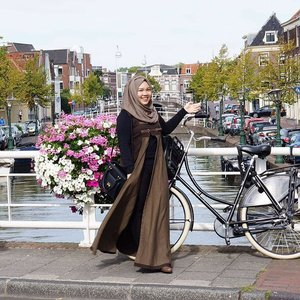 The weather is getting colder and windy as autumn is approaching, I am wearing this dress from @baimabd92 's mom that suits this kind of weather in the most beautiful city in the Netherlands.. 📷 by @bekkabekii .....#ootd #hijab #netherlands #IndonesianFemaleBloggers #leiden #clozetteid #clozetteambassador #bloggerceriaid #studidibelanda #nl