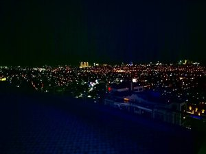 View from the top! Can't wait for our super special event here 😻  #view #cityview #cityviewatnight #thepeak #thepeakresidence #surabaya #thepeakresidencesurabaya #instaview #lights #cityatnight #surabayaatnight #clozetteid #clozettedaily #blogger #indonesia #indonesiablogger #surabayablogger #lifestyle #lifestyleblogger #sbybeautyblogger #twinklinglights #influencer #influencersurabaya #surabayainfluencer #sparklingsurabaya #metropolitan #gorgeousview #beautifulview #viewfromthetop #beautifulsurabaya
