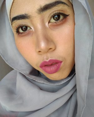 Karena menutupi alis itu sama susahnya seperti menutup kenangan masalalu. 💃💃💃💃💃 Face: - @milanicosmetics 2in1 Foundation + Concealer shade Sand beige + @lagirlcosmetics LAGirl HD Foundation shade Natural - @viva.cosmetics loose powder shade ivory . . Eye> Brow+eye+shading hidung+highliter: - @lagirlcosmetics Nudes Palette eyeshadow - @maybelline Hypercurl Mascara (tutup rosegold) . . Blush on demam (yang gagal) - @wardahcosmetic blush on seri D . .  Lip: - @wardahcosmetic Exclusive Matte Lipcream no 17+18 . . #makeup #beautyenthusiast #drunkmakeup #beautyblogger #clozetteid
