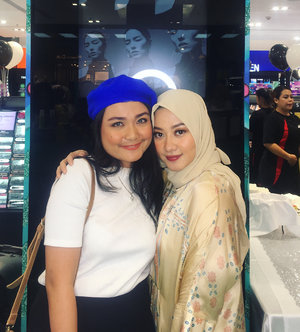 With the one and only @allyssahawadi 😍😍😍..Bu Aicha si pujaan hati yang setiap sharingnya selalu bermakna ngga cuma make Up or skin care tapi juga tentang social interactions about how to treat people in a good way ❤️❤️❤️. You're such an inspiring woman Bu Aicha. Me love you so muuuch 💋....#MakeupAirWudhu #sephoraidnhariraya #clozetteid #sephorapim