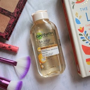 I'm kinda obsessed with micellar water/makeup remover. And I can't help myself not to try this unique oil-infused micellar water from @garnierindonesia. _ It has soothing smell from argan oil. Eventho it has oil on it, it doesn't feel greasy. _ Read my review here 👉🏼 bit.ly/garnieroilinfused or link on bio ✨ . . . #mrshidayahpost #mrshidayahreview #garnierindonesia #skincare #clozetteid #fdbeauty #GarnierMicellarWater #1LangkahBersih