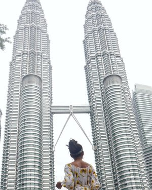 My second mandatory picture in KL. 😝😝 ...#sakuralisha #independentwoman #travellife #traveller #traveling #travel #travels #twintower #kualalumpur #KL #malaysia #indonesia #vacation #travellingthroughtheworld #travellers #clozetteid #jalanjalan  #trip #fitgirl #indonesianbeautyblogger #beautyblogger #holiday  #petronas #beautybloggers