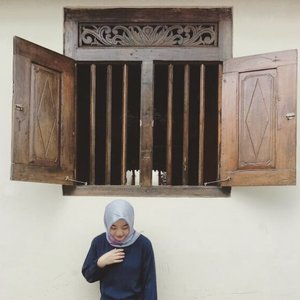 . Under the window 🏡 . . #classicwindow #candidpose #clozetteid #hijabtraveler #travelblogger #lifestyleblogger #jogjakarta #sendu #myhijup #explorejogja