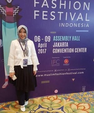 . My outfit for @islamicfashioninstitute graduation & student fashion show at @muslimfashionfestival 2017 last week 💃🏻 . I'm using Skirty Pant that inspired by one of my product at @inggabiakids 😂 mix with brokenwhite crop top and bow outer from organza fabric 🎀 design by me ✌🏻 . #abaikantangankusut #abisgotongkopersendiri #designbyme #fashionstudent #firstfashionshow #islamicfashioninstitute #muffest2017 #muslimfashionfestival2017 #clozetteid #myhijup #fashiondesigner #hijabfashion #hijabootdindo #hijabootd
