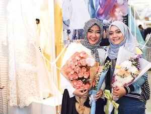 . foto sama calon ibu fotografer handal kesayangan @kiranamars 💕😘 thank you for the flowers kirs 💐 . #throwback #bestfriend #kiranamotret #terfujilah #clozetteid #myhijup #fashionstudent #bestie #muslimfashionfestival2017 #muffest2017