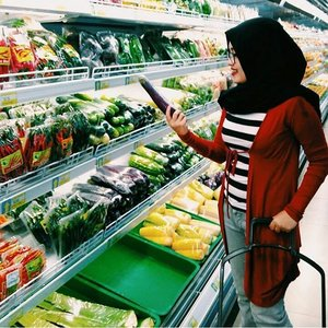 Mom : Nes jangan lupa beli 🍆 ya.. | me : OKE! . . . . . . .  #vsco #vscocam #throwbackthursday #livefolk #vegetables #groceries #travel #blogger #shopper #instadaily #vscogood #green #earth #igers #hijab #tbt #girl #clozetteid #sunday #photoshoot #picoftheday #yolo #photooftheday #shopping #photography #outdoors #throwback #like4like #likeforlike #market