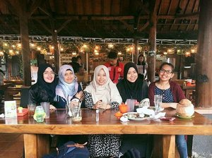 Dear Dini, kita lagi kumpul di tempat makan favorit kamu nih.. We'll miss you 💕 . . . . . .  #wefie #bloggerlife #blogger  #ootd #hijab #bandung #igers #hotd #indonesia #likeforlike #like4like #sister #friends #friendship #photooftheday #photography #picoftheday #vsco #vscocam #girl #tbt #photogrid #throwbackthursday #vscogood #throwback #happiness #clozetteid #miss