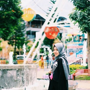Throwback when I was 25 y.o , oh maybe look like 20 y.o 🎡⛅ . . . . . . . . . .  #vsco #vscocam #throwbackthursday #livefolk #art #nature #traveling #travelblogger #city #instadaily #vscogood #green #earth #igers #hijab #tbt #girl #clozetteid #instagood #photoshoot #picoftheday #yolo #photooftheday #travel #photography #outdoors #throwback #like4like #likeforlike #park