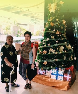 Strike a pose on #Christmas day with mom in front of #christmastree 😍 thanks to the kind staff @mercurejakartacikini ......#bajubedabydiah #clozetteid #clozette #mercurecikini #acolorstory #vsco #life #momanddaughter #fashion #ootd #ootdshare