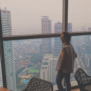 Looking at those tall buildings and traffic below  from @skye_56 @ismaya 📷 : Fuji XT-20  Top: @kromcollective  Jeans: @uniqloindonesia  Shoes: @onitsukatigerjp  #clozetteid  #ootd  #ootdindo  #lifestyle  #lifestyleblogger  #ismaya  #skye  #weekend  #dine  #restaurant  #bar  #jakarta  #hangout  #outfitoftheday