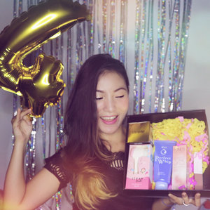 .Happy birthday, @clozetteid 🎉🎁.Thank you for sending me this beauty box from @senkaindonesia @jacquelle_official @clinelleid @pondsindonesia and @zap_beauty..Can't wait for the celebration party 💕.#clozetteun4gettable #happybirthday #clozetteid #starclozetter #bloggerslife #potd