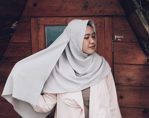 Girls, this style is now live on my blog. Kindly click the link at the bio to see more detail at my outfit ! 💕or you can type www.dindahakeem.com at your browser, love you girls! ❤ #clozetteid #clozettehijab
