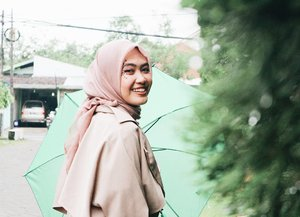 Lemme walk you through the storm with these sweet smile and my green umbrella. I'm a felix afterall. #clozetteid #clozettehijab #ootdhijab #winterfashion #rainyfashion #bloggerstyle 📷 @fuad_rozi