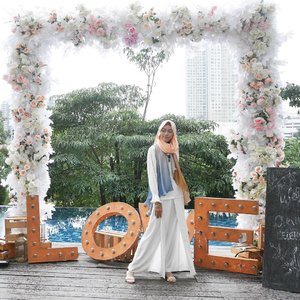 we found love right where we are..📷 @yossisibarani10....#clozetteid #ootd #ootdhijab #hijabootd #hootd #hijabstyle #hijabfashion #modestfashion #modeststyle #clozettedaily #fashion #blogger #bloggerindo #fashionblogger #bloggerlife #tbt #ggrep