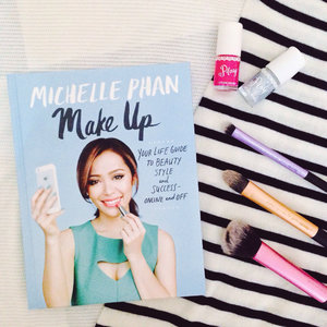 Have nowhere to go this weekend? then start reading a good book and be inspired #michellephan #bookstagram #flatlayphotography #clozzete #clozzetteid