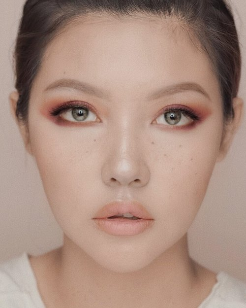 """<div class=""""photoCaption"""">💕Friday 💕.... 🔥Products🔥@charis_official @commleaf Rose blooming mist@charis_official @dr.parkcell defense cream@farsalicare Unicorn Essence@yslbeauty fusion ink cushion foundation@yslbeauty all hours concealer@makeupforeverid Hd cream blush@bareminerals translucent powder duo@itcosmetics you sculpted@shuuemura eyebrow pencil@shuuemura pressed eyeshadow 189@focallure twilight palette@shuuemura Yazbukey Rouge unlimited lipstick - lovely nude & quirky pink</div>"""