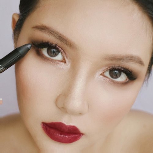 """<div class=""""photoCaption"""">I was Inspired by LakmexSoe look at Fashion Scout London Fashion Week 2018. Im using the latest product from @lakmemakeup Drama Stylist Shadow crayon in the color of Pink and Grey 🖤 No need for eye primer! this shadow crayon is easy to glide, pigmented, smudge proof and waterproof 🖤 There are 2 more Glamorous Shades, go get yours at lakmemakeup.co.id & Senayan City store!  <a class=""""pink-url"""" target=""""_blank"""" href=""""http://m.id.clozette.co/search/query?term=lakmeeyeshadowcrayon&siteseach=Submit"""">#lakmeeyeshadowcrayon</a>  <a class=""""pink-url"""" target=""""_blank"""" href=""""http://m.id.clozette.co/search/query?term=lakmegoestolondon&siteseach=Submit"""">#lakmegoestolondon</a>  <a class=""""pink-url"""" target=""""_blank"""" href=""""http://m.id.clozette.co/search/query?term=stylingtrendsetters&siteseach=Submit"""">#stylingtrendsetters</a> <a class=""""pink-url"""" target=""""_blank"""" href=""""http://m.id.clozette.co/search/query?term=ClozetteID&siteseach=Submit"""">#ClozetteID</a>  <a class=""""pink-url"""" target=""""_blank"""" href=""""http://m.id.clozette.co/search/query?term=StarClozette&siteseach=Submit"""">#StarClozette</a></div>"""