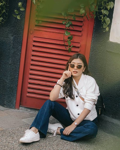 """<div class=""""photoCaption"""">The classy bootcut jeans and white bomber @mbymischa 😎<br />  <a class=""""pink-url"""" target=""""_blank"""" href=""""http://m.id.clozette.co/search/query?term=mbymischaweekend&siteseach=Submit"""">#mbymischaweekend</a>  <a class=""""pink-url"""" target=""""_blank"""" href=""""http://m.id.clozette.co/search/query?term=clozetteid&siteseach=Submit"""">#clozetteid</a>  <a class=""""pink-url"""" target=""""_blank"""" href=""""http://m.id.clozette.co/search/query?term=cgstreetstyle&siteseach=Submit"""">#cgstreetstyle</a>  <a class=""""pink-url"""" target=""""_blank"""" href=""""http://m.id.clozette.co/search/query?term=ggrepstyle&siteseach=Submit"""">#ggrepstyle</a>  <a class=""""pink-url"""" target=""""_blank"""" href=""""http://m.id.clozette.co/search/query?term=looksootd&siteseach=Submit"""">#looksootd</a>  <a class=""""pink-url"""" target=""""_blank"""" href=""""http://m.id.clozette.co/search/query?term=ilovestreetstyle&siteseach=Submit"""">#ilovestreetstyle</a>  <a class=""""pink-url"""" target=""""_blank"""" href=""""http://m.id.clozette.co/search/query?term=minimalstreetstyle&siteseach=Submit"""">#minimalstreetstyle</a>  <a class=""""pink-url"""" target=""""_blank"""" href=""""http://m.id.clozette.co/search/query?term=lookbookindonesia&siteseach=Submit"""">#lookbookindonesia</a></div>"""
