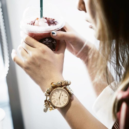 """<div class=""""photoCaption"""">Can't get enough of these beauties, pairing my @fossil smartwatch via @urbaniconstore with @lacheriejewellery bracellet ❤<br /> 📸 @katherinlakz<br />  <a class=""""pink-url"""" target=""""_blank"""" href=""""http://m.id.clozette.co/search/query?term=YesFossil&siteseach=Submit"""">#YesFossil</a>  <a class=""""pink-url"""" target=""""_blank"""" href=""""http://m.id.clozette.co/search/query?term=urbaniconstore&siteseach=Submit"""">#urbaniconstore</a>  <a class=""""pink-url"""" target=""""_blank"""" href=""""http://m.id.clozette.co/search/query?term=hybridsmartwatch&siteseach=Submit"""">#hybridsmartwatch</a>  <a class=""""pink-url"""" target=""""_blank"""" href=""""http://m.id.clozette.co/search/query?term=FossilQ&siteseach=Submit"""">#FossilQ</a>  <a class=""""pink-url"""" target=""""_blank"""" href=""""http://m.id.clozette.co/search/query?term=clozetteid&siteseach=Submit"""">#clozetteid</a>  <a class=""""pink-url"""" target=""""_blank"""" href=""""http://m.id.clozette.co/search/query?term=lykeambassador&siteseach=Submit"""">#lykeambassador</a></div>"""