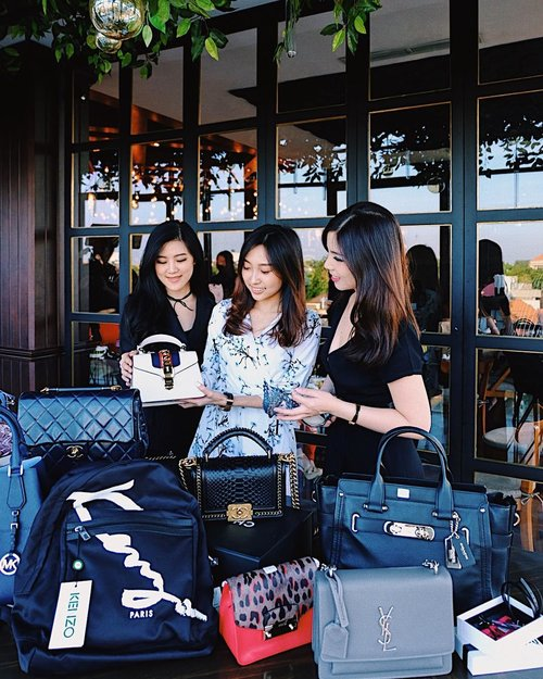 """<div class=""""photoCaption"""">Now attending @manhattanwear.id Brand Launching at @thesocialite.id with @brigittamw & @amandaakohar 👜👠<br /> Hosted by @cny12 ✨<br /> _____<br />  <a class=""""pink-url"""" target=""""_blank"""" href=""""http://m.id.clozette.co/search/query?term=clozetteid&siteseach=Submit"""">#clozetteid</a>  <a class=""""pink-url"""" target=""""_blank"""" href=""""http://m.id.clozette.co/search/query?term=manhattanwearid&siteseach=Submit"""">#manhattanwearid</a></div>"""