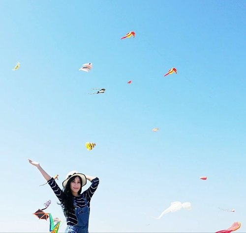 "<div class=""photoCaption"">Fly, kite, fly~<br /> Surabaya International Kite Festival 😍😍🙌<br />  <a class=""pink-url"" target=""_blank"" href=""http://m.id.clozette.co/search/query?term=surabayainternationalkitefestival2017&siteseach=Submit"">#surabayainternationalkitefestival2017</a>  <a class=""pink-url"" target=""_blank"" href=""http://m.id.clozette.co/search/query?term=surabayakitefestival&siteseach=Submit"">#surabayakitefestival</a>  <a class=""pink-url"" target=""_blank"" href=""http://m.id.clozette.co/search/query?term=surabayakitefestival2017&siteseach=Submit"">#surabayakitefestival2017</a>  <a class=""pink-url"" target=""_blank"" href=""http://m.id.clozette.co/search/query?term=kite&siteseach=Submit"">#kite</a>  <a class=""pink-url"" target=""_blank"" href=""http://m.id.clozette.co/search/query?term=kitefestival&siteseach=Submit"">#kitefestival</a>  <a class=""pink-url"" target=""_blank"" href=""http://m.id.clozette.co/search/query?term=sky&siteseach=Submit"">#sky</a>  <a class=""pink-url"" target=""_blank"" href=""http://m.id.clozette.co/search/query?term=skyporn&siteseach=Submit"">#skyporn</a>  <a class=""pink-url"" target=""_blank"" href=""http://m.id.clozette.co/search/query?term=bluesky&siteseach=Submit"">#bluesky</a>  <a class=""pink-url"" target=""_blank"" href=""http://m.id.clozette.co/search/query?term=happy&siteseach=Submit"">#happy</a>  <a class=""pink-url"" target=""_blank"" href=""http://m.id.clozette.co/search/query?term=happiness&siteseach=Submit"">#happiness</a>  <a class=""pink-url"" target=""_blank"" href=""http://m.id.clozette.co/search/query?term=girl&siteseach=Submit"">#girl</a>  <a class=""pink-url"" target=""_blank"" href=""http://m.id.clozette.co/search/query?term=style&siteseach=Submit"">#style</a>  <a class=""pink-url"" target=""_blank"" href=""http://m.id.clozette.co/search/query?term=lifestyle&siteseach=Submit"">#lifestyle</a>  <a class=""pink-url"" target=""_blank"" href=""http://m.id.clozette.co/search/query?term=ootd&siteseach=Submit"">#ootd</a>  <a class=""pink-url"" target=""_blank"" href=""http://m.id.clozette.co/search/query?term=sotd&siteseach=Submit"">#sotd</a>  <a class=""pink-url"" target=""_blank"" href=""http://m.id.clozette.co/search/query?term=hat&siteseach=Submit"">#hat</a>  <a class=""pink-url"" target=""_blank"" href=""http://m.id.clozette.co/search/query?term=surabaya&siteseach=Submit"">#surabaya</a>  <a class=""pink-url"" target=""_blank"" href=""http://m.id.clozette.co/search/query?term=pesonaIndonesia&siteseach=Submit"">#pesonaIndonesia</a>  <a class=""pink-url"" target=""_blank"" href=""http://m.id.clozette.co/search/query?term=WonderfulIndonesia&siteseach=Submit"">#WonderfulIndonesia</a>  <a class=""pink-url"" target=""_blank"" href=""http://m.id.clozette.co/search/query?term=travel&siteseach=Submit"">#travel</a>  <a class=""pink-url"" target=""_blank"" href=""http://m.id.clozette.co/search/query?term=traveler&siteseach=Submit"">#traveler</a>  <a class=""pink-url"" target=""_blank"" href=""http://m.id.clozette.co/search/query?term=photooftheday&siteseach=Submit"">#photooftheday</a>  <a class=""pink-url"" target=""_blank"" href=""http://m.id.clozette.co/search/query?term=pictureoftheday&siteseach=Submit"">#pictureoftheday</a>  <a class=""pink-url"" target=""_blank"" href=""http://m.id.clozette.co/search/query?term=clozetteambassador&siteseach=Submit"">#clozetteambassador</a>  <a class=""pink-url"" target=""_blank"" href=""http://m.id.clozette.co/search/query?term=clozetteid&siteseach=Submit"">#clozetteid</a>  <a class=""pink-url"" target=""_blank"" href=""http://m.id.clozette.co/search/query?term=instanusantara&siteseach=Submit"">#instanusantara</a>  <a class=""pink-url"" target=""_blank"" href=""http://m.id.clozette.co/search/query?term=instanusantarasurabaya&siteseach=Submit"">#instanusantarasurabaya</a></div>"
