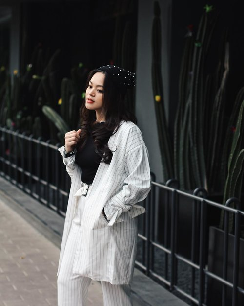 """<div class=""""photoCaption"""">Never go wrong with black and white 🖤</div>"""