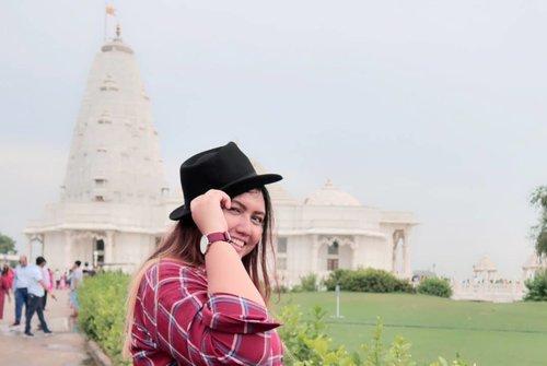 "<div class=""photoCaption"">1.. 2... 3....<br /> Belum siap... But this place was amazing 🙏💕 White Temple , Birla Mandir - Jaipur, India<br /> <br /> Kalo disini foto foto di taman doang gratis kok geng.. tapi ga tau kalau masuk gimana.. karena gue ga masuk.. crowded banget.. kayanya lg ada ibadah.. Gue kesini tetap pakai tuktuk yang udh di sewa seharian yaa.. jd no worries gitu mau kemana mana.. hahahaha<br /> <br />  <a class=""pink-url"" target=""_blank"" href=""http://m.id.clozette.co/search/query?term=clozetteid&siteseach=Submit"">#clozetteid</a>  <a class=""pink-url"" target=""_blank"" href=""http://m.id.clozette.co/search/query?term=khansamanda&siteseach=Submit"">#khansamanda</a>  <a class=""pink-url"" target=""_blank"" href=""http://m.id.clozette.co/search/query?term=khansamandatraveldiary&siteseach=Submit"">#khansamandatraveldiary</a>  <a class=""pink-url"" target=""_blank"" href=""http://m.id.clozette.co/search/query?term=wheninindia&siteseach=Submit"">#wheninindia</a>  <a class=""pink-url"" target=""_blank"" href=""http://m.id.clozette.co/search/query?term=jaipur&siteseach=Submit"">#jaipur</a>  <a class=""pink-url"" target=""_blank"" href=""http://m.id.clozette.co/search/query?term=india&siteseach=Submit"">#india</a>  <a class=""pink-url"" target=""_blank"" href=""http://m.id.clozette.co/search/query?term=exploreindia&siteseach=Submit"">#exploreindia</a>  <a class=""pink-url"" target=""_blank"" href=""http://m.id.clozette.co/search/query?term=ootdbigsize&siteseach=Submit"">#ootdbigsize</a>  <a class=""pink-url"" target=""_blank"" href=""http://m.id.clozette.co/search/query?term=travel&siteseach=Submit"">#travel</a>  <a class=""pink-url"" target=""_blank"" href=""http://m.id.clozette.co/search/query?term=travelersnotebook&siteseach=Submit"">#travelersnotebook</a>  <a class=""pink-url"" target=""_blank"" href=""http://m.id.clozette.co/search/query?term=travelphotography&siteseach=Submit"">#travelphotography</a>  <a class=""pink-url"" target=""_blank"" href=""http://m.id.clozette.co/search/query?term=travelblogger&siteseach=Submi"