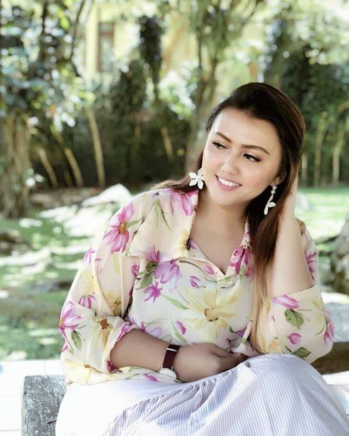 "<div class=""photoCaption"">Smile is the best makeup any girl can wear💕<br /> <br /> Btw, baju esmeralda terbalik sebenernya geng🙃 tapi baru dikasih tau pas udh lama gitu 😌untung nyaru😅<br /> .<br /> .<br /> .<br /> .<br /> .<br /> .<br /> .<br /> .<br /> .<br /> .<br />  <a class=""pink-url"" target=""_blank"" href=""http://m.id.clozette.co/search/query?term=clozetteid&siteseach=Submit"">#clozetteid</a>  <a class=""pink-url"" target=""_blank"" href=""http://m.id.clozette.co/search/query?term=khansamanda&siteseach=Submit"">#khansamanda</a>   <a class=""pink-url"" target=""_blank"" href=""http://m.id.clozette.co/search/query?term=fashionbigsize&siteseach=Submit"">#fashionbigsize</a>  <a class=""pink-url"" target=""_blank"" href=""http://m.id.clozette.co/search/query?term=curvysquad&siteseach=Submit"">#curvysquad</a>  <a class=""pink-url"" target=""_blank"" href=""http://m.id.clozette.co/search/query?term=curvygirl&siteseach=Submit"">#curvygirl</a>  <a class=""pink-url"" target=""_blank"" href=""http://m.id.clozette.co/search/query?term=ootdindo&siteseach=Submit"">#ootdindo</a>  <a class=""pink-url"" target=""_blank"" href=""http://m.id.clozette.co/search/query?term=ootdbigsize&siteseach=Submit"">#ootdbigsize</a>  <a class=""pink-url"" target=""_blank"" href=""http://m.id.clozette.co/search/query?term=ootdplussize&siteseach=Submit"">#ootdplussize</a>  <a class=""pink-url"" target=""_blank"" href=""http://m.id.clozette.co/search/query?term=plussizefashion&siteseach=Submit"">#plussizefashion</a>  <a class=""pink-url"" target=""_blank"" href=""http://m.id.clozette.co/search/query?term=plussize&siteseach=Submit"">#plussize</a>  <a class=""pink-url"" target=""_blank"" href=""http://m.id.clozette.co/search/query?term=plussizemodel&siteseach=Submit"">#plussizemodel</a>  <a class=""pink-url"" target=""_blank"" href=""http://m.id.clozette.co/search/query?term=bigsizemodel&siteseach=Submit"">#bigsizemodel</a>  <a class=""pink-url"" target=""_blank"" href=""http://m.id.clozette.co/search/query?term=curvywomen&siteseach=Submit"">#curvywomen</a>  <a class=""pi"