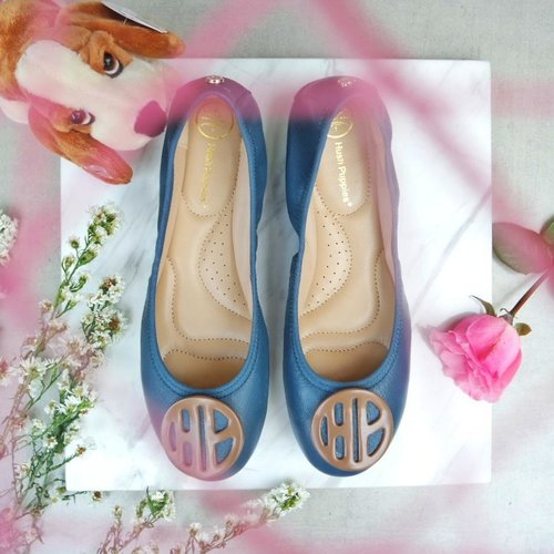 "<div class=""photoCaption"">Fall in love with this blue  <a class=""pink-url"" target=""_blank"" href=""http://m.id.clozette.co/search/query?term=HushPuppiesBallerinas&siteseach=Submit"">#HushPuppiesBallerinas</a> from @hushpuppiesid <br /> It's classic and versatile so perfect for any occasion!<br /> <br />  <a class=""pink-url"" target=""_blank"" href=""http://m.id.clozette.co/search/query?term=CosmoclubxHushPuppies&siteseach=Submit"">#CosmoclubxHushPuppies</a><br />  <a class=""pink-url"" target=""_blank"" href=""http://m.id.clozette.co/search/query?term=clozetteid&siteseach=Submit"">#clozetteid</a>  <a class=""pink-url"" target=""_blank"" href=""http://m.id.clozette.co/search/query?term=shoes&siteseach=Submit"">#shoes</a>  <a class=""pink-url"" target=""_blank"" href=""http://m.id.clozette.co/search/query?term=flatlay&siteseach=Submit"">#flatlay</a>  <a class=""pink-url"" target=""_blank"" href=""http://m.id.clozette.co/search/query?term=flatlayoftheday&siteseach=Submit"">#flatlayoftheday</a> @Cosmopolitanindonesia</div>"