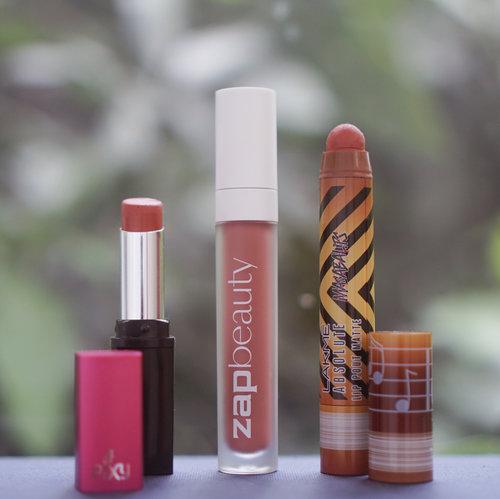 """<div class=""""photoCaption"""">Akhir-akhir ini baru sadar kalo lipstick lagi jarang ganti, cuma bolak-balik pake 3 produk yang finishnya matte semua! Aku jarang banget pake lipstick matte, jadi semua yang disebut di sini dijamin gak bikin bibir kering:<br /> 💄 @pixycosmetics Matte In Love - 408 Merry Orange<br /> Beberapa minggu lalu lagi nyari lipstick yang nuansa peach-orange gitu, ketemu lipstick ini dan langsung suka!! Lipstick ini matte tapi gak transfer-proof, tapi cukup tahan lama dan gak perlu pusing sering-sering touch up.<br /> 💄 @zap_beauty - 030 Spice<br /> Entah kenapa aku punya high expectation banget waktu pertama kali liat lip cream ini, mungkin karena kemasannya mirip sama BLP jadi rasanya pingin dibandingin sama BLP. Tapi meski luarnya mirip, isinya beda banget, teksturnya jauh lebih cair dibanding BLP, jadi opacity-nya juga gak sepekat BLP, tapi entah kenapa aku tetep suka, mungkin emang jarang banget pake lipstick full lips gitu, dan pake ini lebih gampang bikin gradient. Meski awalnya agak cair gitu, lama-lama mengering jadi true matte tapi gak cracky di bibir.<br /> 💄 @lakmemakeup Lip Pout Matte - Caramel Toffee<br /> Kalo yang ini bentuknya paling unik sih, karena mirip banget kayak crayon, apalagi packagingnya juga cute banget! Lipstick ini gampang banget diblend di bibir karena teksturnya yang creamy, pengaplikasian juga terbilang cukup mudah.<br /> —<br /> —<br /> —<br />  <a class=""""pink-url"""" target=""""_blank"""" href=""""http://m.id.clozette.co/search/query?term=beautyappetitereviews&siteseach=Submit"""">#beautyappetitereviews</a>  <a class=""""pink-url"""" target=""""_blank"""" href=""""http://m.id.clozette.co/search/query?term=makeup&siteseach=Submit"""">#makeup</a>  <a class=""""pink-url"""" target=""""_blank"""" href=""""http://m.id.clozette.co/search/query?term=beauty&siteseach=Submit"""">#beauty</a>  <a class=""""pink-url"""" target=""""_blank"""" href=""""http://m.id.clozette.co/search/query?term=beautyreviews&siteseach=Submit"""">#beautyreviews</a>  <a class=""""pink-url"""" target=""""_blank"""" href=""""http://m."""