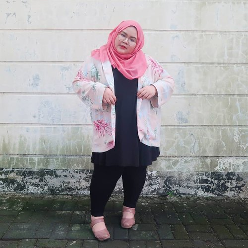 "<div class=""photoCaption"">Here comes my summer vibe that will always comes in pastel color. By the way I am wearing blazer from @saiznya that match every part of my accessories 💗🍧🍥🌸🌺. Very suitable for work or hangout! Thank you @saiznya 😘😘😘😘 ... <a class=""pink-url"" target=""_blank"" href=""http://m.id.clozette.co/search/query?term=effyourbodystandards&siteseach=Submit"">#effyourbodystandards</a>  <a class=""pink-url"" target=""_blank"" href=""http://m.id.clozette.co/search/query?term=casual&siteseach=Submit"">#casual</a>  <a class=""pink-url"" target=""_blank"" href=""http://m.id.clozette.co/search/query?term=ootd&siteseach=Submit"">#ootd</a>  <a class=""pink-url"" target=""_blank"" href=""http://m.id.clozette.co/search/query?term=bigandblunt&siteseach=Submit"">#bigandblunt</a>  <a class=""pink-url"" target=""_blank"" href=""http://m.id.clozette.co/search/query?term=bigsizeootd&siteseach=Submit"">#bigsizeootd</a>  <a class=""pink-url"" target=""_blank"" href=""http://m.id.clozette.co/search/query?term=celebratemysize&siteseach=Submit"">#celebratemysize</a>  <a class=""pink-url"" target=""_blank"" href=""http://m.id.clozette.co/search/query?term=curvyasian&siteseach=Submit"">#curvyasian</a>  <a class=""pink-url"" target=""_blank"" href=""http://m.id.clozette.co/search/query?term=plussizelife&siteseach=Submit"">#plussizelife</a>  <a class=""pink-url"" target=""_blank"" href=""http://m.id.clozette.co/search/query?term=plussizeasian&siteseach=Submit"">#plussizeasian</a>  <a class=""pink-url"" target=""_blank"" href=""http://m.id.clozette.co/search/query?term=curves&siteseach=Submit"">#curves</a>  <a class=""pink-url"" target=""_blank"" href=""http://m.id.clozette.co/search/query?term=whatiwear&siteseach=Submit"">#whatiwear</a>   <a class=""pink-url"" target=""_blank"" href=""http://m.id.clozette.co/search/query?term=wiw&siteseach=Submit"">#wiw</a>  <a class=""pink-url"" target=""_blank"" href=""http://m.id.clozette.co/search/query?term=clozetteid&siteseach=Submit"">#clozetteid</a>  #인스타패션 #인스타뷰티  #플러스사이즈  #오늘의의상   <a class=""pink-url"" target=""_blank"" href=""http://m.id.clozette.co/search/query?term=womancrush&siteseach=Submit"">#womancrush</a>  <a class=""pink-url"" target=""_blank"" href=""http://m.id.clozette.co/search/query?term=bigsizedress&siteseach=Submit"">#bigsizedress</a>  <a class=""pink-url"" target=""_blank"" href=""http://m.id.clozette.co/search/query?term=bodypositive&siteseach=Submit"">#bodypositive</a>  <a class=""pink-url"" target=""_blank"" href=""http://m.id.clozette.co/search/query?term=stopbodyshaming&siteseach=Submit"">#stopbodyshaming</a>  <a class=""pink-url"" target=""_blank"" href=""http://m.id.clozette.co/search/query?term=confident&siteseach=Submit"">#confident</a>  <a class=""pink-url"" target=""_blank"" href=""http://m.id.clozette.co/search/query?term=beautyhasnosize&siteseach=Submit"">#beautyhasnosize</a>  <a class=""pink-url"" target=""_blank"" href=""http://m.id.clozette.co/search/query?term=instadaily&siteseach=Submit"">#instadaily</a>  <a class=""pink-url"" target=""_blank"" href=""http://m.id.clozette.co/search/query?term=hijabootd&siteseach=Submit"">#hijabootd</a>  <a class=""pink-url"" target=""_blank"" href=""http://m.id.clozette.co/search/query?term=kemalasariendorsement&siteseach=Submit"">#kemalasariendorsement</a></div>"