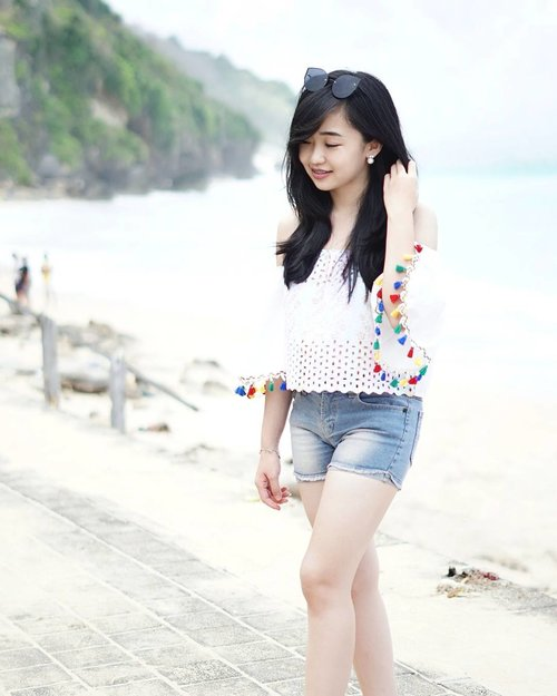 """<div class=""""photoCaption"""">In need of a holiday 🏖  <a class=""""pink-url"""" target=""""_blank"""" href=""""http://m.id.clozette.co/search/query?term=wheninbali&siteseach=Submit"""">#wheninbali</a></div>"""