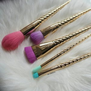 The long awaited @tartecosmetics Magic Wands Brush Set is here!! 😍😍 I can't get enough of how beautiful, fluffy and soft these brushes are. 👍👍 This limited edition unicorn magic brush are now available in @sephorasg. ❤❤ Go get yours before it was sold out. 😘😘 #clozette